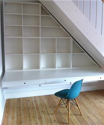 skrivebord+trappe+reol
