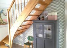 Tapet over og under trappen